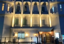 夜はラブホテルの様な店舗