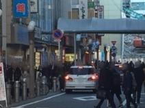 人通りが多い道沿い